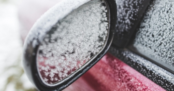 Zugefrorener-Spiegel-am-Auto